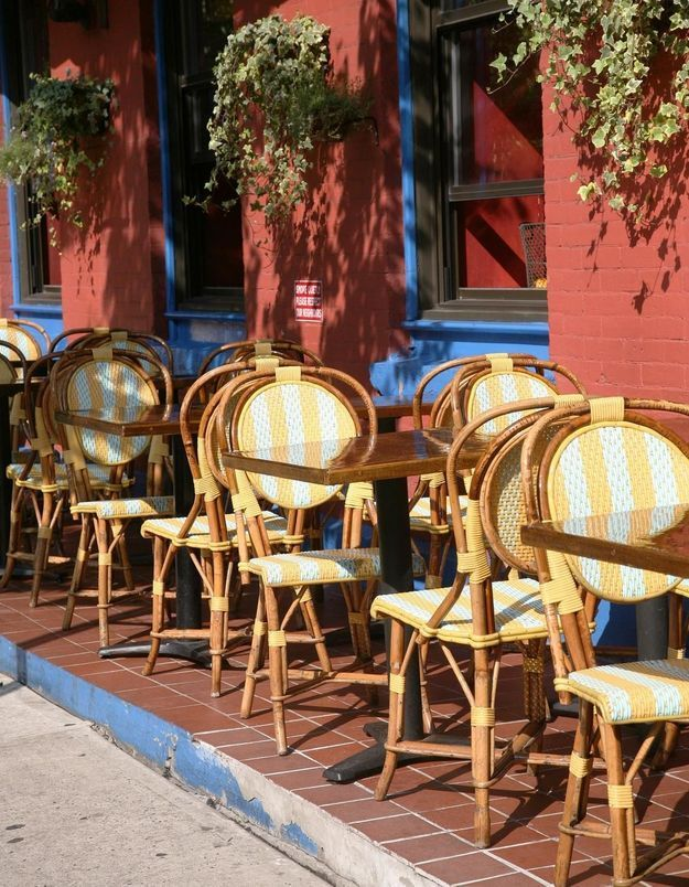 Une table et des chaises de bistrot parisien