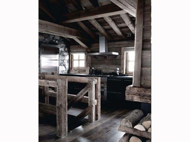 Une cuisine de chalet qui contraste