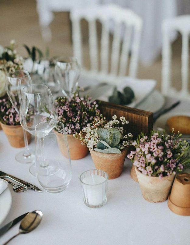Distiller des petites plantes en guise de déco de table de mariage