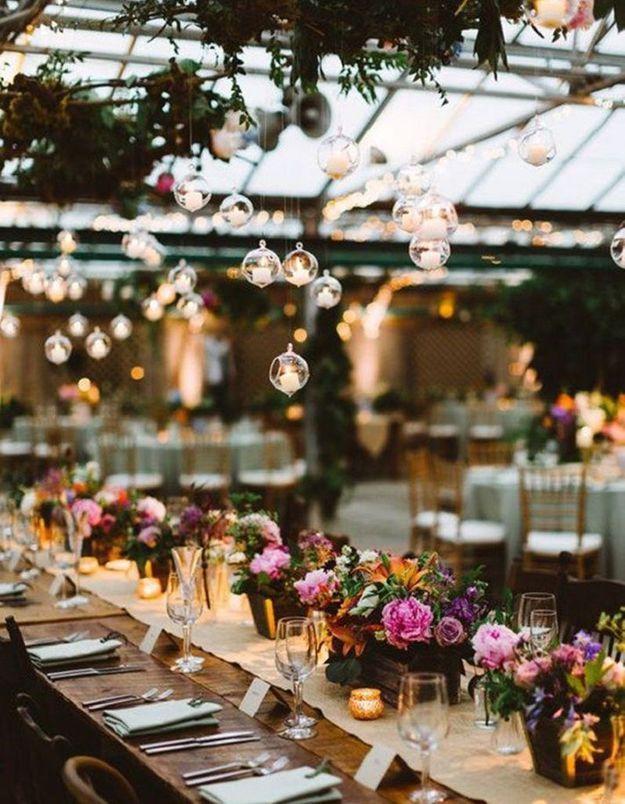 Installer des photophores suspendus au-dessus de la table de mariage