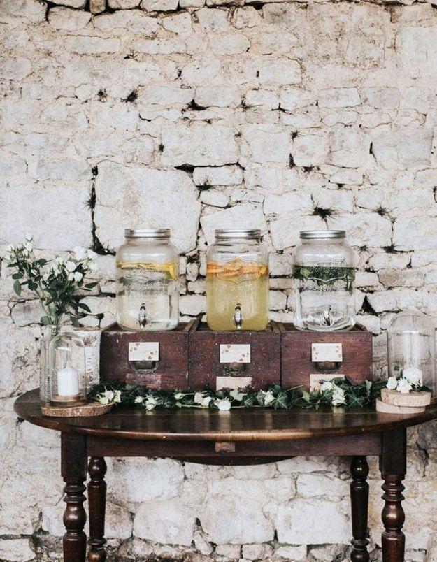 Organiser un joli bar à boissons à proximité des tables de mariage
