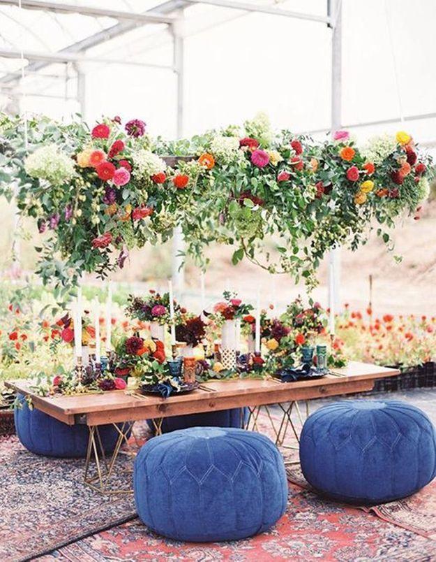 Oser la table basse accessoirisée de poufs en guise de table de mariage
