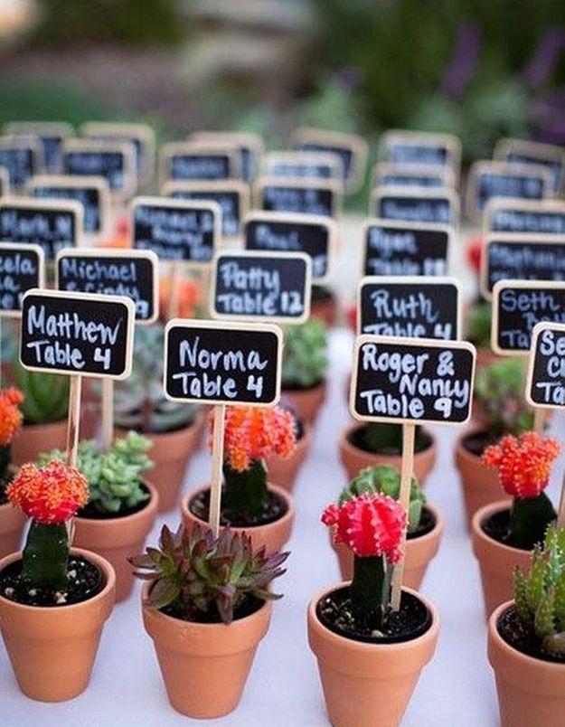 Se servir des mini cactus offerts aux invités pour décorer la table de mariage