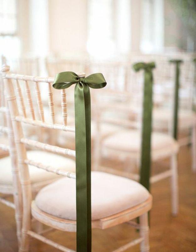 Fixer des rubans aux chaises de la cérémonie de mariage