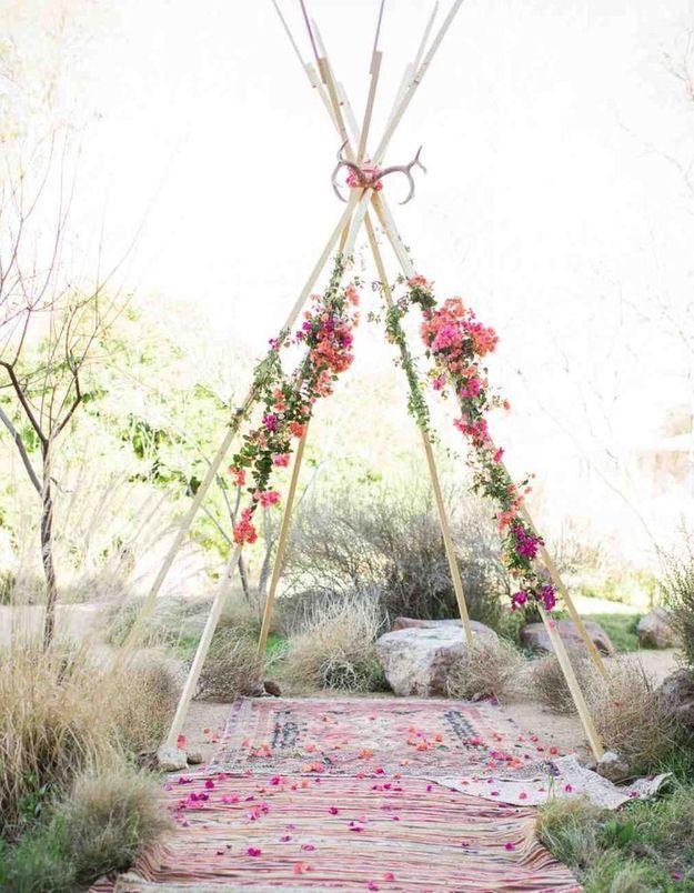Imaginer un autel version tipi glamour pour créer l'étonnement lors de la cérémonie de mariage