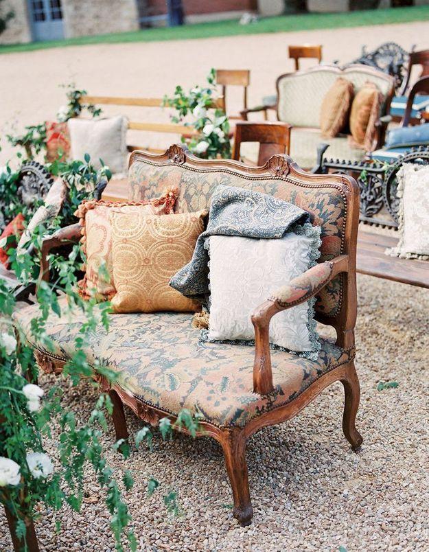 Mixer les assises et oser les banquettes pour la cérémonie de mariage