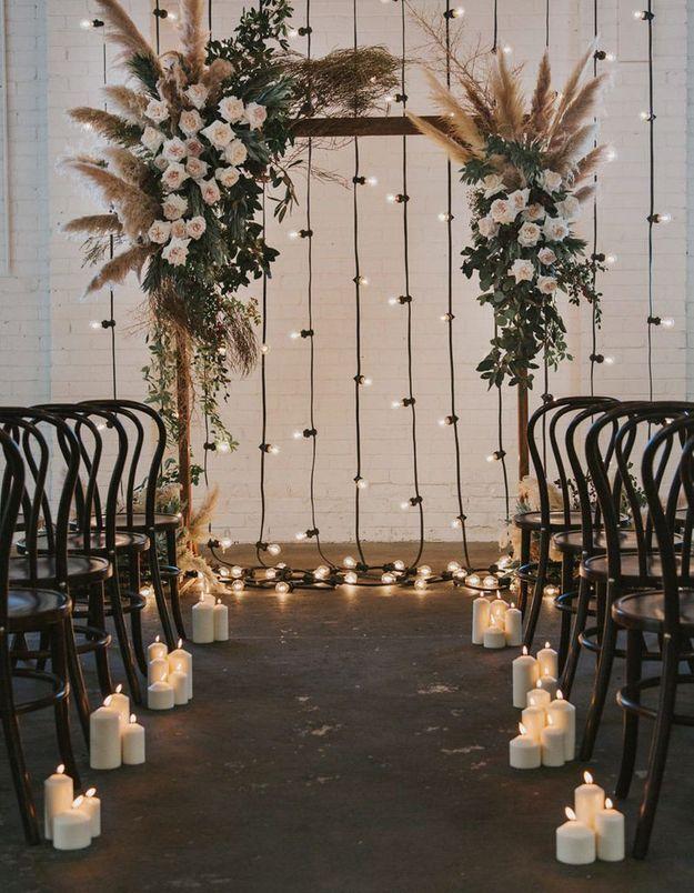 Multiplier les guirlandes lumineuses pour un éclairage tamisé lors de la cérémonie de mariage