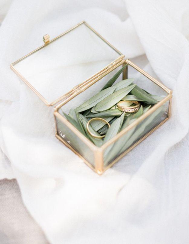 Ne pas oublier de choisir un joli écrin pour la remise des alliances lors de la cérémonie de mariage