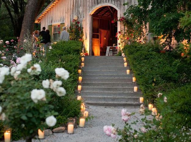 Des bougies sur le chemin de la réception