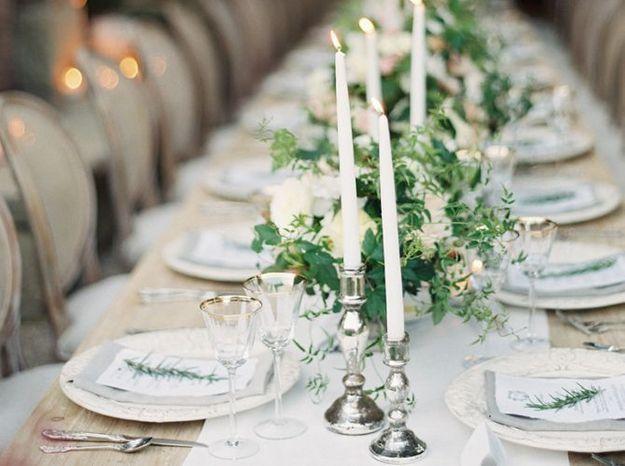 Des chandeliers pour la table de réception