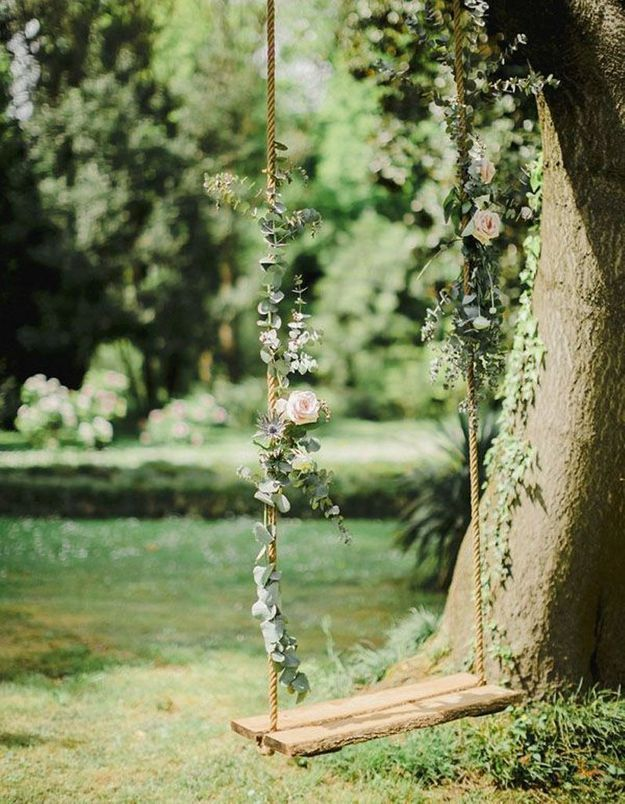 Installez une balancoire fleurie à une branche d'arbre