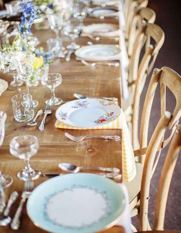 Des assiettes dépareillées pour une déco de mariage pas chère