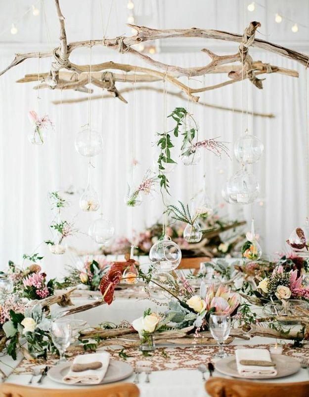 Des branches en bois flotté et quelques fleurs suspendues pour une déco de mariage pas chère