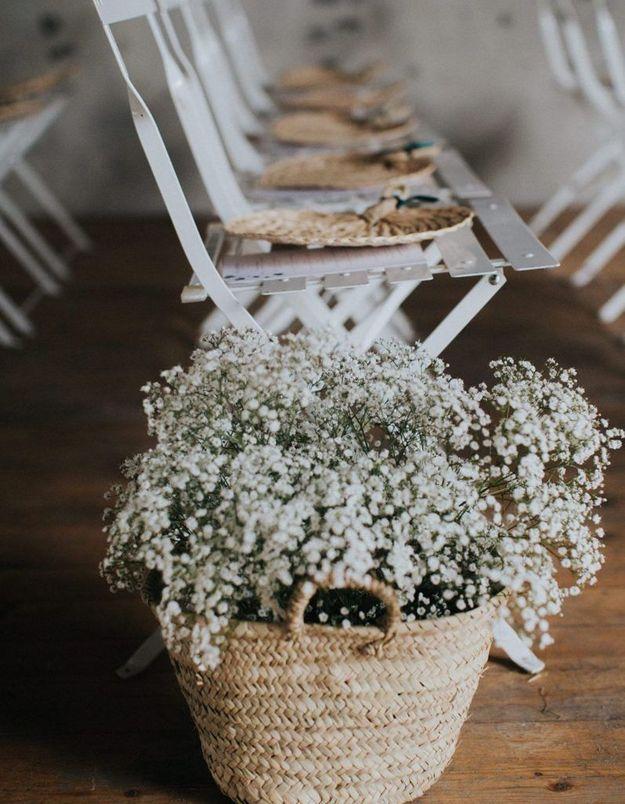 Des paniers remplis de gypsophile pour une déco de mariage pas chère