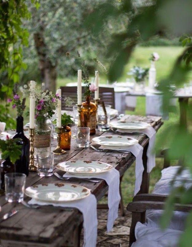 Des tables en bois brut et nues pour une déco de mariage pas chère