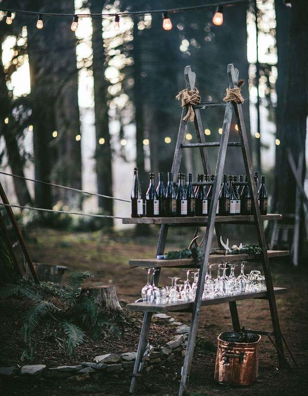 Une ancienne échelle habillée de planches en bois pour une déco de mariage pas chère