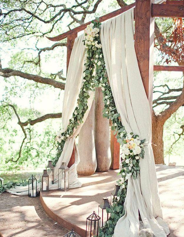 Rideaux et guirlande de fleurs pour cérémonie de mariage