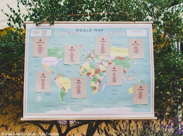Un plan de table sur une carte du monde