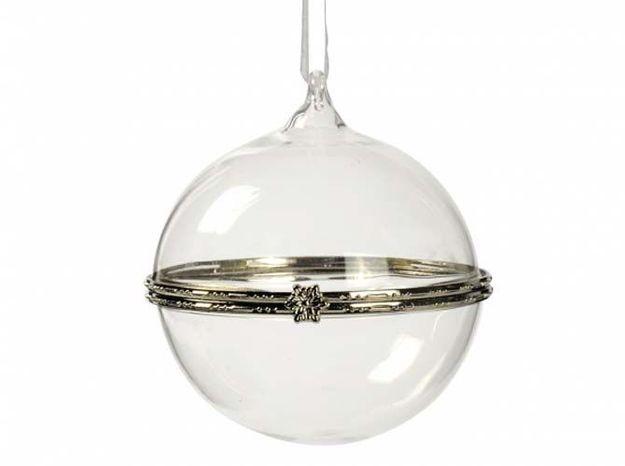 Une boule de Noël à personnaliser suspendue à la poignée de la porte
