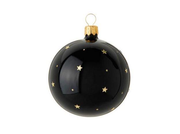 Une boule de Noël noire collée sur la porte