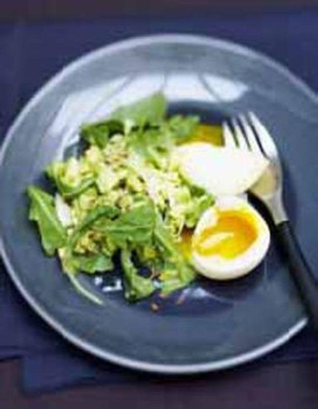 Concassee d'avocat et oeufs mollets en salade