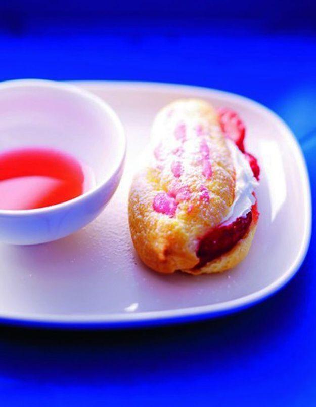Eclairs aux fraises, coulis de rhubarbe