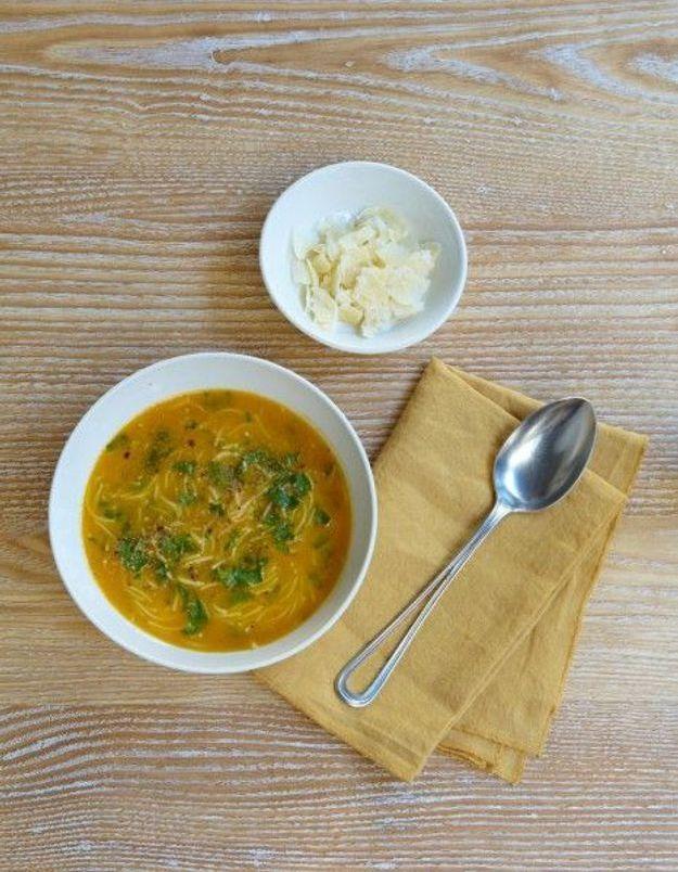 Soupe de légumes : Velouté de potiron, vermicelles et parmesan