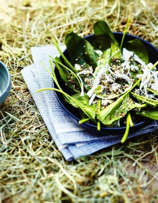 Salade d'épinards au bleu et aux graines