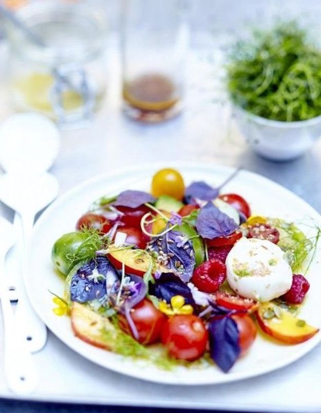 Salade de tomates, fruits, fleurs et burrata au basilic pourpre