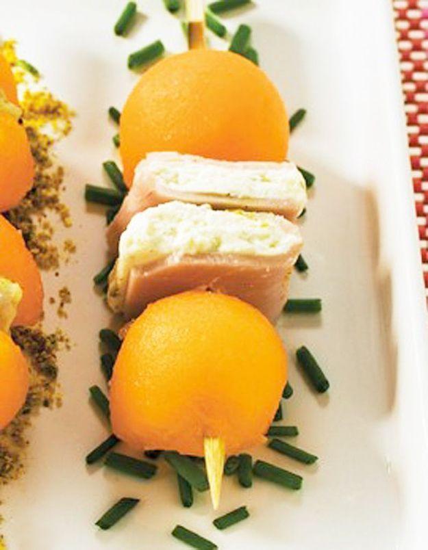 Mini brochettes de melon charentais jaune et sandwich jambon-fromage frais
