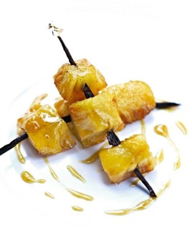 Brochettes d'ananas caramélisé sur un bâton de vanille