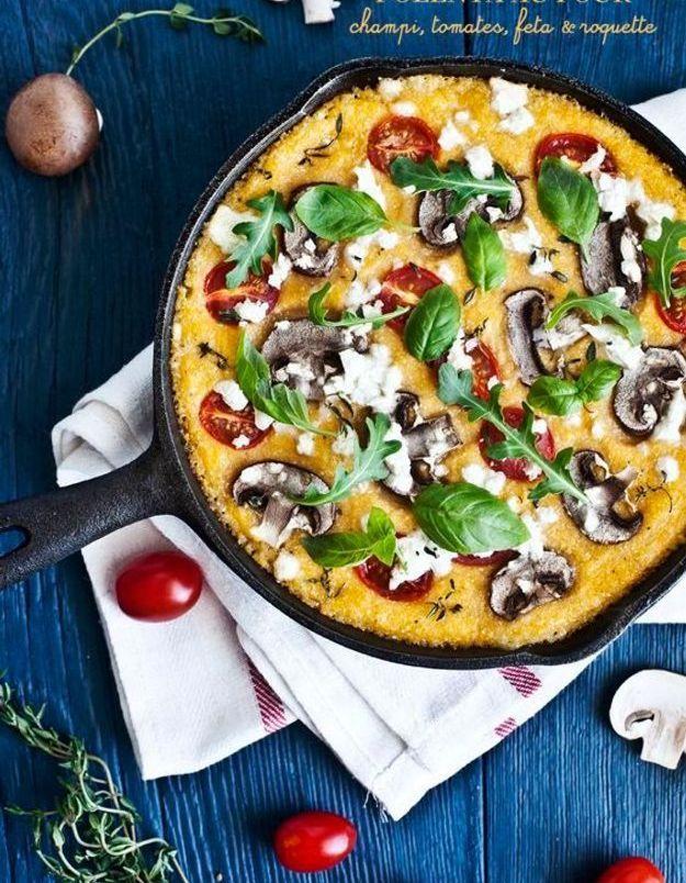 Plateau veggie : pizza polenta aux champignons, tomates et feta