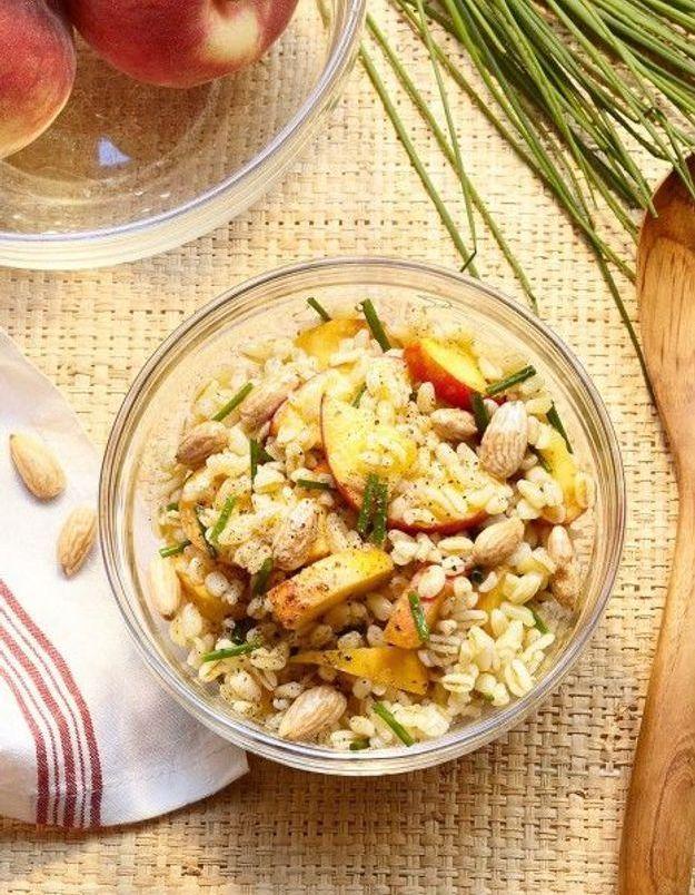 Salade de céréales, pêches et amandes