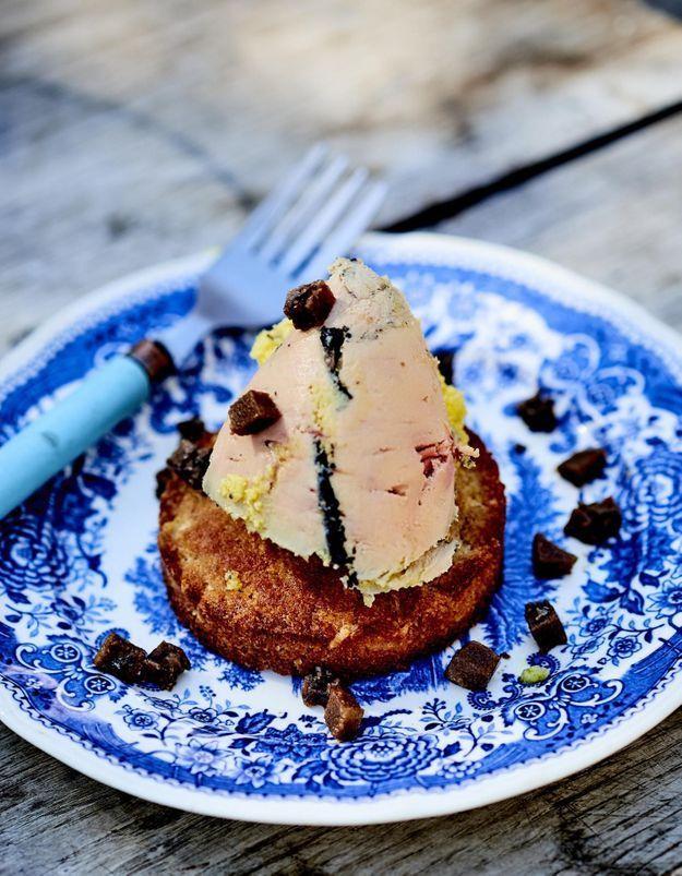 Foie gras clouté sur des biscuits biscottes