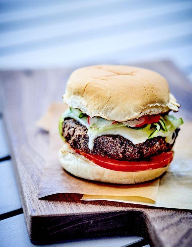 Hamburgers végétariens, pickles de radis et de concombre
