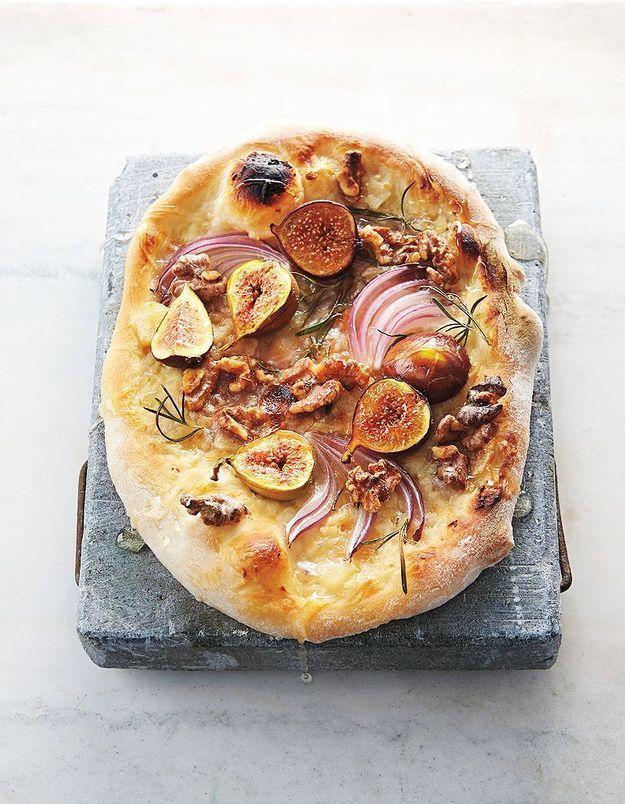 Pizza aux figues, crème à l'ail et noix de coco