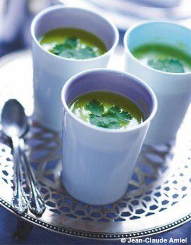 Soupe froide salée de petits pois à la coriandre