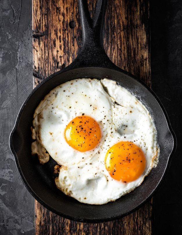 Comment faire frire de délicieux œufs au plat ?