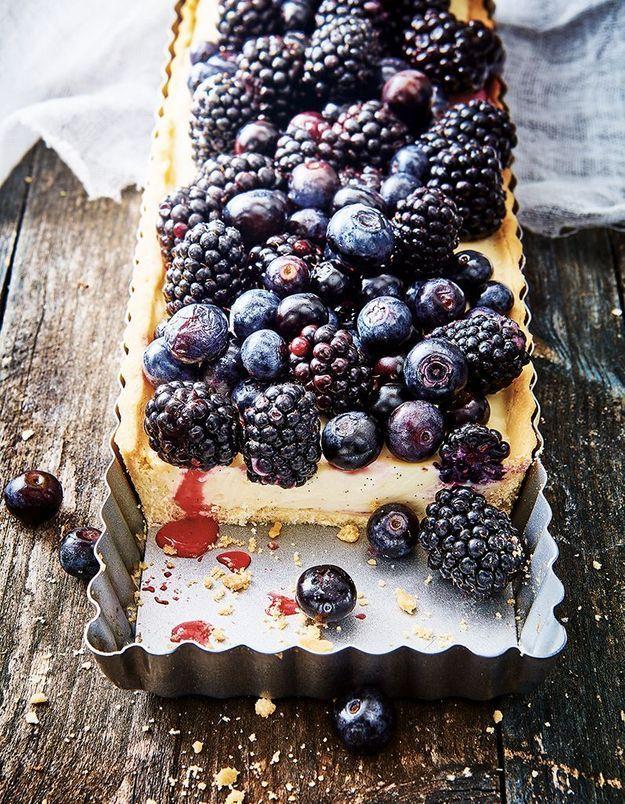 Tarte aux fruits noirs, crème mascarpone et chocolat blanc