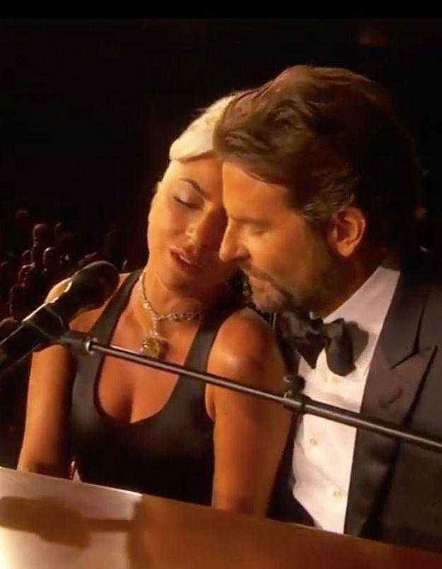 Lady Gaga et Bradley Cooper, plus proches que jamais, font frissonner la salle avec « Shallow »