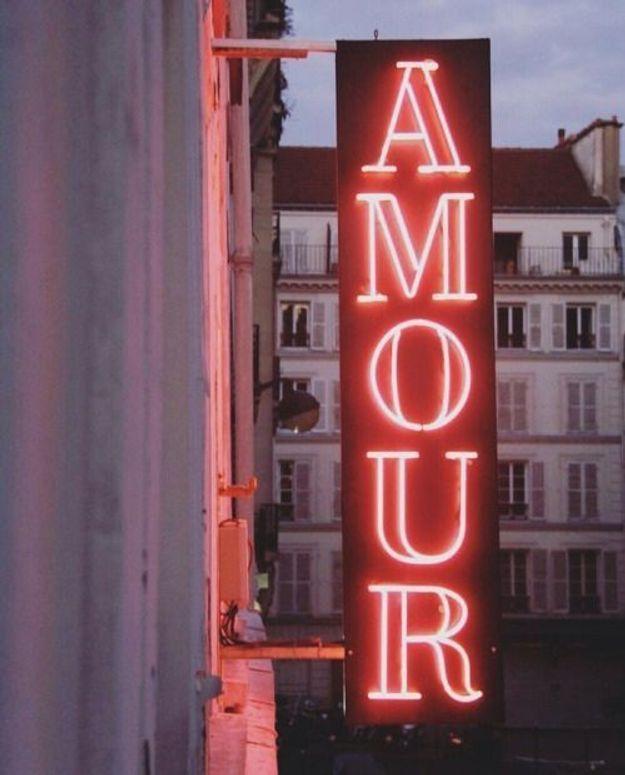 Sous l'enseigne lumineuse de l'Hôtel Amour