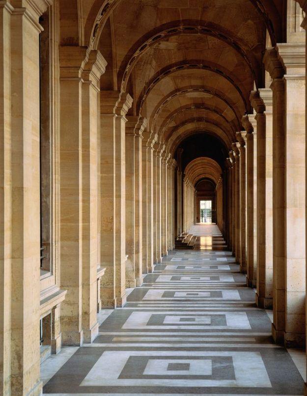 Sous les arcades du palais du Louvre