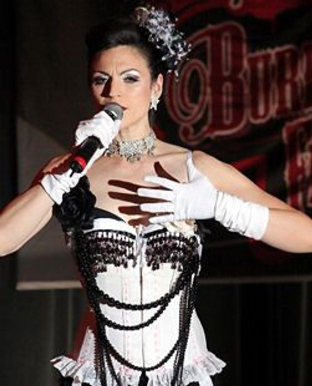 Helena Noguerra filme les coulisses du strip burlesque