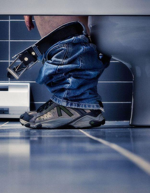 On sait pourquoi les hommes passent du temps aux toilettes