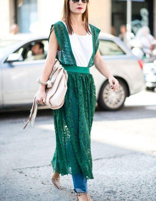 Mettre un tee-shirt basique sous une robe habillée