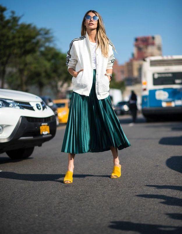 Oser le mélange jupe satinée + veste de sport zippée