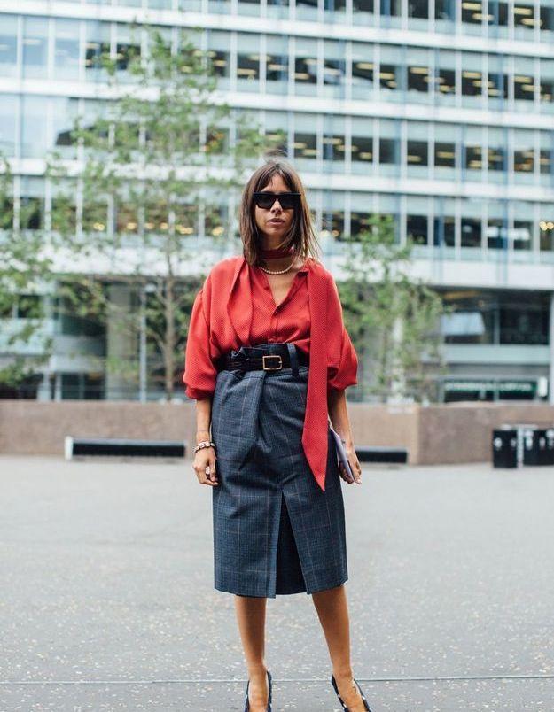 Une blouse rouge + une jupe crayon