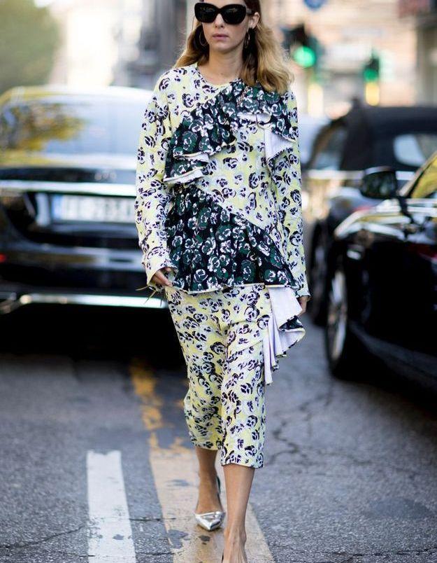 Une robe imprimée avec des escarpins argentés