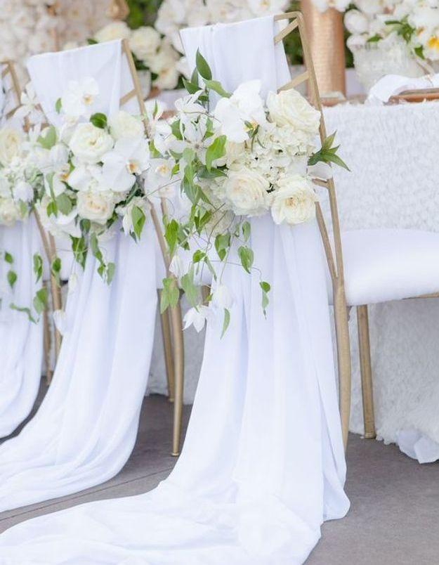 Chaise de mariage avec des fleurs blanches