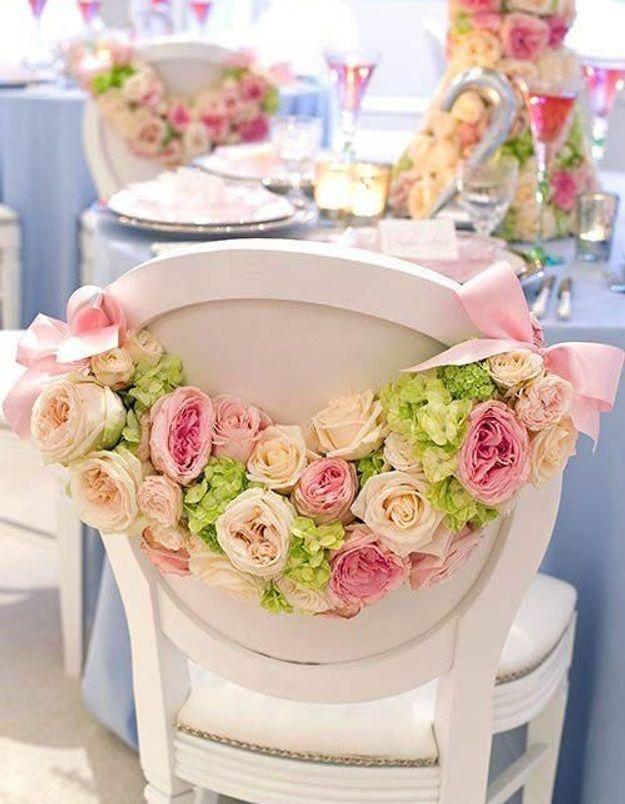 Chaise de mariage avec des roses